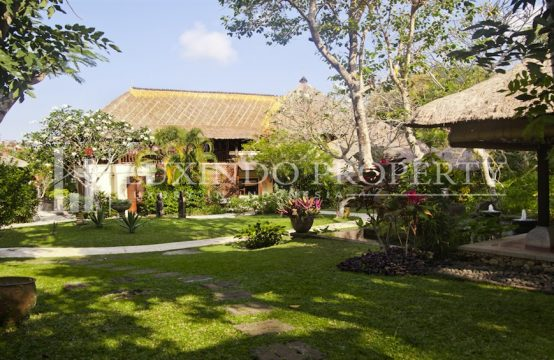NUSA DUA – BEAUTIFUL 7 BEDROOM WITH TRADITIONAL FEELING VILLA IN A SECURE COMPLEX (LHV071)